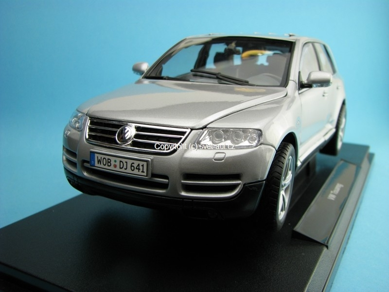 Volkswagen Touareg silver 1:18 Welly