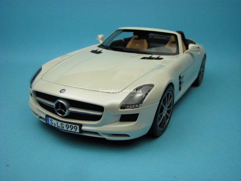 Mercedes-Benz SLS AMG Roadster white 1:18 Norev