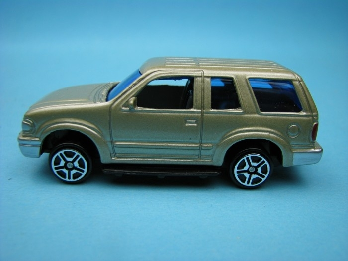 Ford Explorer gold met 1:64 Motor Max