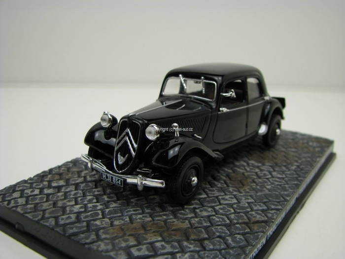 Citroen Traction Avant James Bond 007 1:43 Universal Hobbies