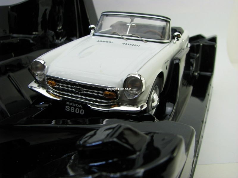 Honda S800 Cabrio White 1:18 Triple 9 Collection