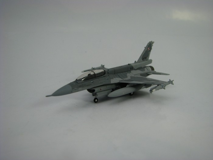 Lockheed Martin F-16D Block 52 Polish Air Force zavřený cocpit 1:200 Herpa