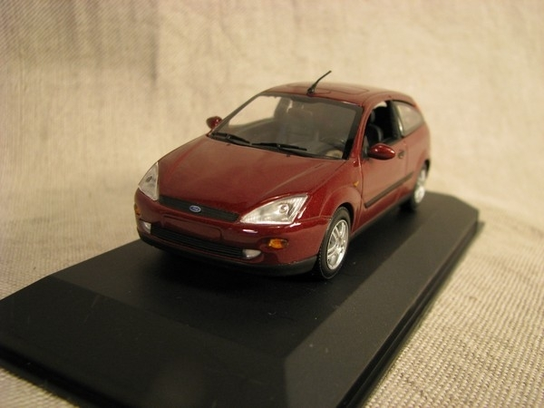 Ford Focus redbrown 1:43 Minichamps
