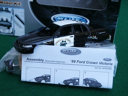 Ford Crown Victoria Highway Patrol 1999 Kit 1:36 Welly